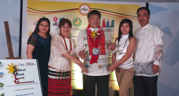 CONGRATULATIONS, Mountain Province LGU! Gov. Bonifacio C. Lacwasan (center) receives the Plaque of Recognition for the Provincial Government of Mountain Province as 2016 National Awardee for the Seal of Good Local Governance. With him are (L-R) Ms. Ma. Nelda A. Lo, Ms. Brenda R. Tabbang, Ms.Judith N. Bangaan  and DILG Provincial Director Anthony Manolo I. Ballug.//ndra