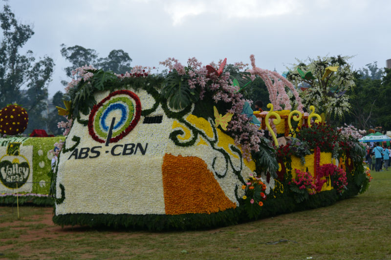 KAPAMILYA. The ABS-CBN float boarded by their stars Bea Alonzo and Enchong Dee. Photo by ROSALIA T. SEE.