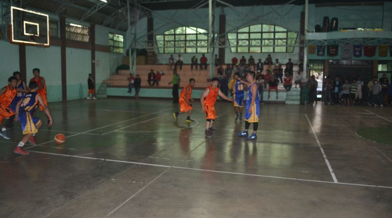 I GOT YOUR BACK. Gardenville's (blue uniform) Jason Serrano (top of the key) settles to watch his teammates penetrate the lane as Issac's (orange uniform) Rommel Basali, Sr. puts the squeeze on him in G-String Cup 6 action last February 26, 2017 at the La Trinidad Municipal Gymnasium. Serrano engaged Basali in an exciting shootout and led Gardenville to a 92-89 victory enroute to bagging the bracket trophy. (March 19, 2017) Photo by: ARMANDO M. BOLISLIS.