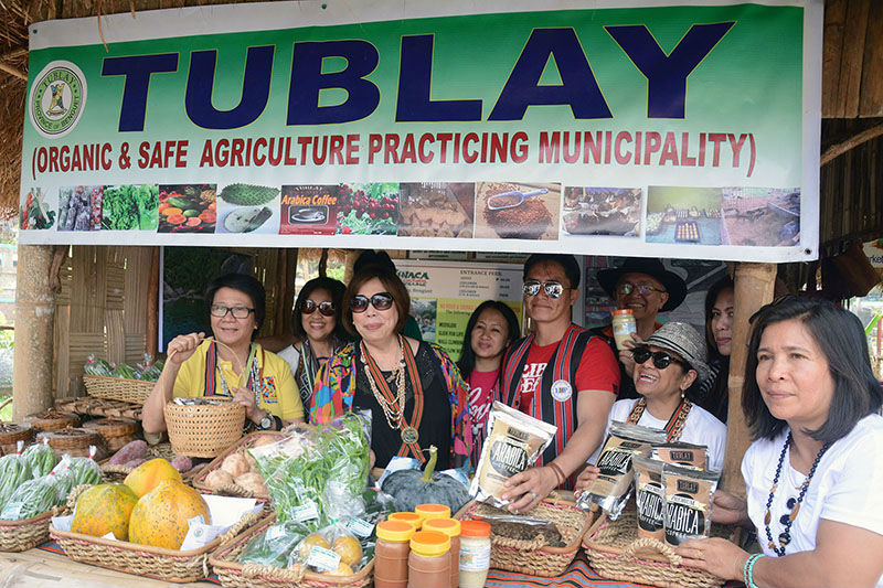 Tourism Undersecretary Alma Rita Jimenez is joined by Benguet officials and entrepreneurs led by Benguet Governor Crescencio Pacalso and Tublay Mayor Armando Lauro as they show products of the municipality of Tublay during a visit at the Benguet Tourism and Cultural Village in Wangal, La Trinidad, Benguet last week. (March 5, 2017) REDJIE MELVIC CAWIS, PIA-CAR.