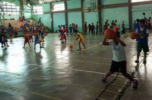 STARTING YOUNG. Over 340 seven to 17 year old basketball enthusiasts attended the 2017 Strawberry Festival basketball clinic held last March 11, 2017 at the La Trinidad Municipal Gym. Audience of One served as the trainors for the clinic. (See related story on this page) ARMANDO BOLISLIS, photo contributed by CRIS BANSAN.