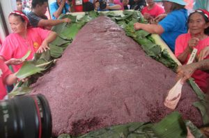 LANG-AY'S DELICACY. Mt. Province unveils their biggest 'patupat' in the 13th Lang-ay festival. Residents and visitors were elated to witness the event. (April 16, 2017) Photo by JIMMY ASTUDILLO.