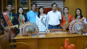 COURTESY CALL – The 2017 lucky summer visitors pose with city officials and officers of the Baguio Correspondents and Broadcasters Club (BCBC) during their courtesy call at the city hall Thursday noon. In photo from left to right are Lucky summer visitors Rolando Sarmiento, Jr., his girlfriend Karen Joy Villanueva, City Councilor Leandro B. Yangot, Jr., BCBC president Lita Jane Cadalig, City Mayor Mauricio G. Domogan, Annabel Ricolito and Ma. Jean Deyto. (April 14, 2017) ROSALIA T. SEE