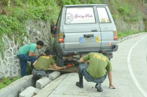 RESPONDERS - Members of the Regional Public Safety Battalion of Police Regional Office Cordillera assist a motorist along the Lamut, Beckel road. JOSEPH MANZANO