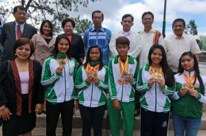 PALARONG PAMBANSA HEROES - City Officials headed by Mayor Mauricio Domogan, Vice Mayor Edison Bilog and DepEd-Baguio officials led by DepEd-CAR assistant regional director and OIC City Schools Superintendent Soraya Faculo give accolades to Baguio athletes Eza Rai Yalong, who won the first gold medal during the Palarong Pambansa, most bemedaled athlete in secondary level Charmaine Villamor, Jeremiah Hipol, most bemedalled athlete in the elementary division, and the first secondary girls division three gold medalists Samantha Glo Revilla and Bea Mendoza of chess. - Photo Bong Cayabyab.
